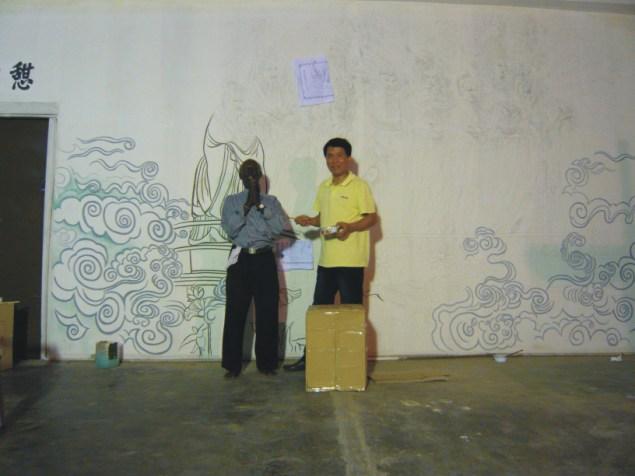 总监朱戴林在马来西亚吉隆坡双子塔前